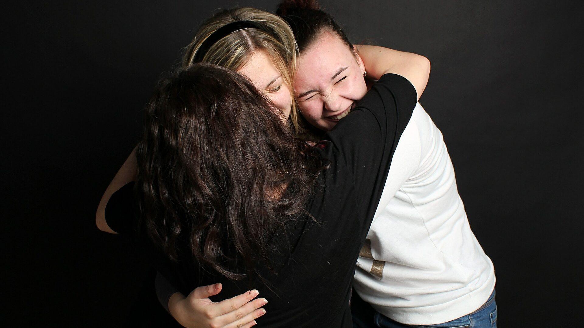 抱き合う3人の女性