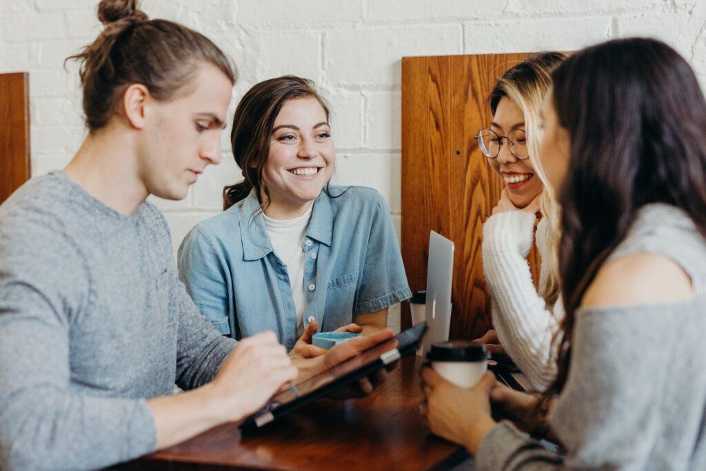 カフェスペースで話す人たち