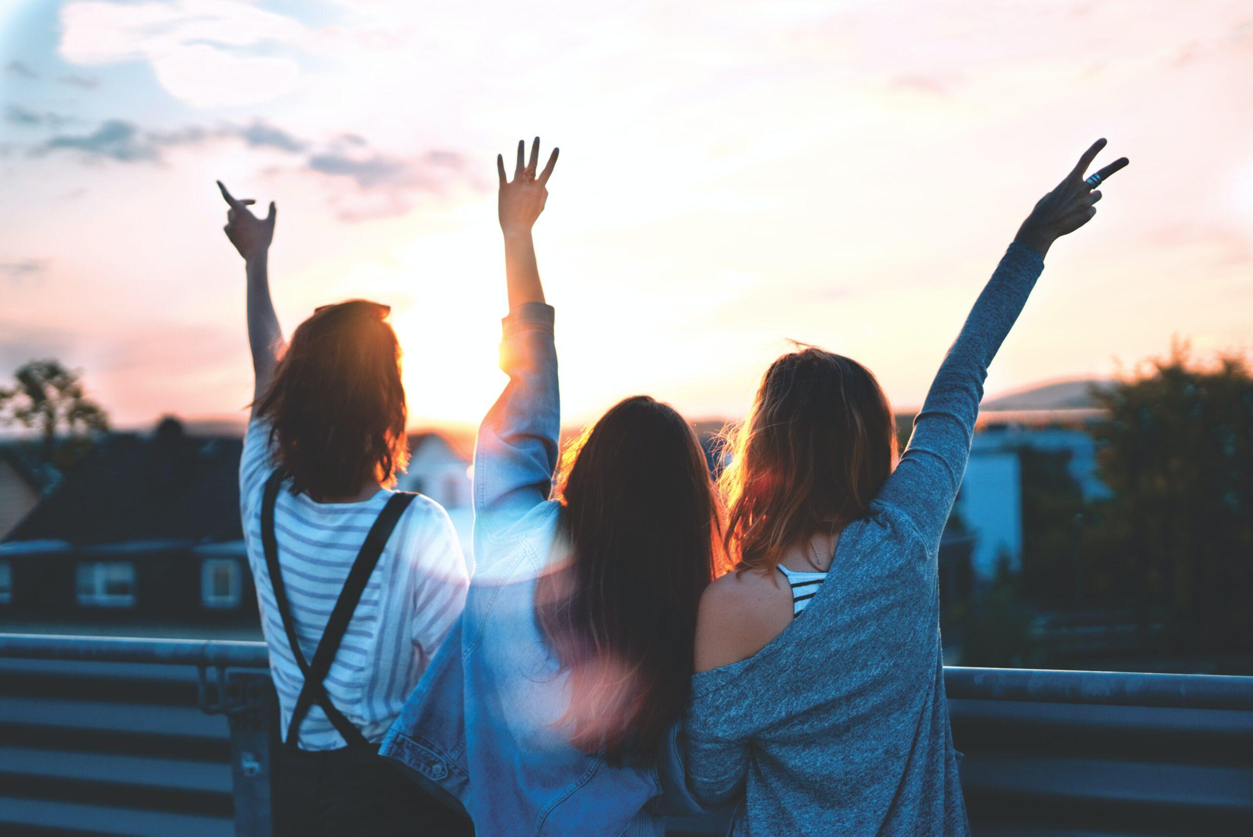 女性三人の写真